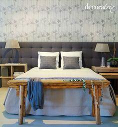 Este dormitorio en tonos grises es un excelente ejemplo de cómo pared y cabecero pueden convertirse en los protagonistas indiscutibles.
