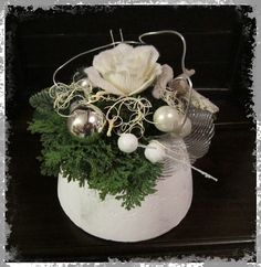 Voorbeeldkaart - Klein kerststukje - Categorie: Bloemschikken - Hobbyjournaal uw hobby website Deco Floral, Art Floral, Christmas Party Decorations, Christmas Cards, Yule, Center Pieces, Flower Arrangements, Advent, Christmas Decor