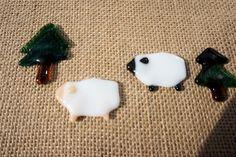 ■サイズ:約4cm×2.8~3cm 厚み約3mmガラスで作った羊のはしおきです。白×肌色、白×黒 の二匹をセットにしてお届... ハンドメイド、手作り、手仕事品の通販・販売・購入ならCreema。