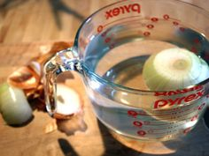 Cut an onion without tearing up by soaking an onion in water for at least 15 minutes before cutting it. I Love Food, Good Food, Yummy Food, How To Cut Onions, Baking Tips, Kitchen Hacks, Food Hacks, Food Tips, Good To Know