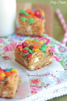 White Chocolate, Peanut Butter M and M Blondies | pickypalate.com #blondies #barrecipes #peanutbutter