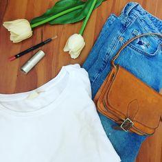 Δευτέρα πρωί. Βρες στο missy.tips το ιδανικό outfit για σήμερα!  #loveyourlife #morning #mondaymotivation #mondayoutfit #tshirt #whiteshirt #jeans #homemadeleatherbags #camelbag #catrice #catricelipstick #hmlipliner #hmfashion #hm