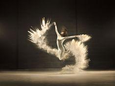 El fotógrafo residente en Bruselas Jeffrey Vanhoutte, junto con la agencia creativa Norvell Jefferson, ha creado una de serie de fotos y vídeo en los que se capta de forma hermosa los elegantes movimientos de una bailarina con expresivos estallidos de polvo blanco.