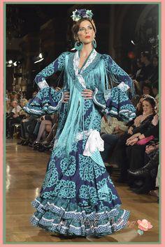 Traje de flamenca en azul índigo de Manuela Macias Traje Flamenca dd94a7359c4