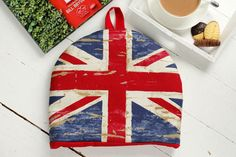 "Union Jack Tea Cosy - very British! ""Keep your teapot toasty with this gorgeous tea cosy."" Größe: Breite: 32 cm x Höhe: 27 cm (ohne Schlaufe)"