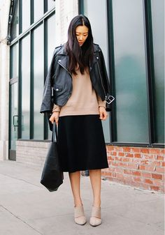 Black skirt, beige booties, black leather jacket, black bag, beige sweater ☑️