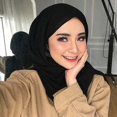 Pin Image by Hujabi Manja Casual Hijab Outfit, Hijab Chic, Womens Fashion Online, Latest Fashion For Women, Muslim Fashion, Hijab Fashion, Hijab Wedding, Hijab Makeup, Hijab Tutorial