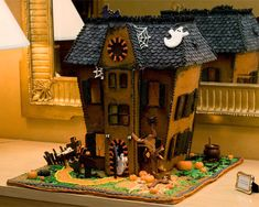 Gingerbread haunted house, 25 Halloween Dishes for an Extreme Halloween.lord knows I could never make this, (I don't think), but this is the neatest gingerbread house EVER! Plat Halloween, Cute Halloween Food, Halloween Mignon, Halloween Dishes, Halloween Sweets, Halloween Pictures, Halloween Cakes, Holidays Halloween, Halloween