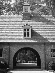 William B. Litchfield - Home Bunch – Interior Design Ideas Porte Cochere, Gate House, Garage Design, House Design, Coach House, Stone Houses, Horse Barns, Carriage House, Luxury Interior Design
