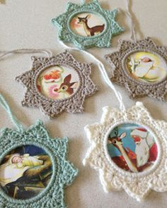 Re-purpose a cheap bangle bracelet to make these adorable Crochet frames. [& to neaten up the back, hand sew on a piece of felt] Crochet Star Photo Frame Ornament - Tutorial. Crochet Diy, Crochet Motifs, Crochet Home, Crochet Gifts, Crochet Patterns, Flower Patterns, Tutorial Crochet, Crochet Christmas Decorations, Crochet Ornaments