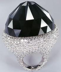 Черный бриллиант только недавно завоевал свое место в ювелирном мире.Черные алмазы добывают всего лишь в двух местах на планете, это Бразилия и Центральноафриканская Республика.