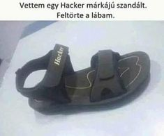Napi fárasztó: Vettem egy Hacker márkájú szandált. Feltörte a lábam. Vicces képek #humor #vicces #vicceskep #vicceskepek #humoros #vicc #humorosvideo #viccesoldal #poen #bikuci