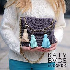 Утепляемся! Последний месяц осени, но кажется, что уже зима Время свитеров, снудов и варежек  Но это не беда, т.к. вязаные сумочки прекрасно смотрятся как и на юге, так и с вязаными зимними атрибутами☺️ #вязаныесумки #зимаблизко #аунасснег все варианты этой сумочки #меняй_дизайн_katy_bags