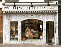 Too early to get it with the tables outside but still really cute 💟 #nottinghill #biscuiteers #prettycitylondon #prettylittlelondon #lovelondon #london #londonlife #iphoneonly