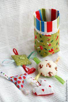 Туесок с игрушками.. Туесок и игрушки. Внутри квадратика - гречка, треугольника - горох, сердечка - фасоль, круг - коробочка с бусинами. Все мило шуршит и гремит. Отличный подарок для малыша до 1 года.