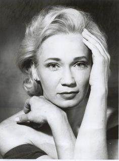 Udvaros Dorottya (1954-) Kossuth-díjas és Jászai Mari-díjas magyar színművésznő, a Halhatatlanok Társulatának örökös tagja.