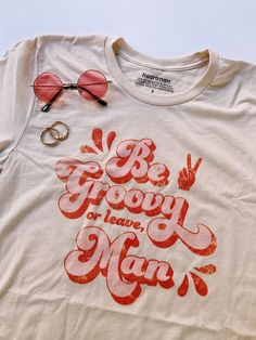 Fashion Vintage Be groovy or leave, man. Our newest collection of graphic tees! With distressed, vintage style prints, these are your new go-to wardrobe staple. Vintage Fur, Vintage Style, Vintage Fashion, Fashion Goth, Thrift Fashion, Colorful Fashion, Wardrobe Staples, Printed Shirts, Cool Outfits