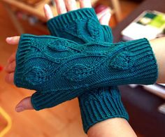 Knitting Patterns Gloves Ravelry: Project Gallery for Leafy Fingerless Gloves pattern by Laura Peveler Fingerless Gloves Knitted, Crochet Gloves, Knit Mittens, Knitting Socks, Hand Knitting, Knitted Hats, Knit Crochet, Knitting Patterns, Knitting Tutorials