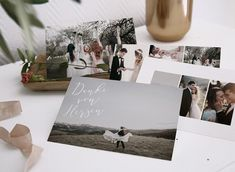 York Rose - Versenden Sie ein Foto-Set als Dankeschön an Eure Hochzeitsgäste. Unser Set besteht aus 4 Karten aus festem Karton, die zusätzlich in ein schönes Band gefasst werden können. Diese Danksagung ist eine originelle Aufmerksamkeit, die als Mini-Fotosammlung Eurer schönsten Hochzeitserinnerungen trägt. Die vier Karten sind auf beiden Seiten mit Platz für Eure Bilder in unterschiedlichen Größen versehen, eine davon mit viel Schreibfläche für Dankesgrüße auf der Rückseite. Photography Marketing, York, Polaroid Film, Weed, Mini, Thank You Cards, Digital Invitations, Wedding Invitations, The Originals