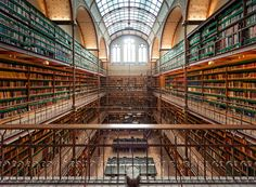 Fantastische locatie in het nieuwe Rijksmuseum: De bibliotheek. Ondanks de drukte met m'n groothoek toe kunnen slaan hier! Enjoy.