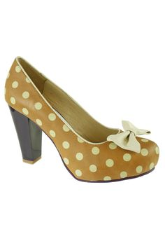 {Angie Pump With Polka Dots} Lola Ramona - what a fun retro-style fashion shoes shoes shoes Fancy Shoes, Retro Shoes, Crazy Shoes, Vintage Shoes, Cute Shoes, Polka Dot Shoes, Polka Dots, Shoe Gallery, Bow Heels