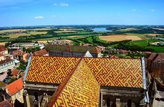 The amazing view on the countryside and beautiful roof from the Langres Saint Mammès cathedral. . . . . #france #france🇫🇷 #法國 #フランス #francia #picoftheday #프랑스 #prancis #photooftheday #فرانسه #frança #франция #ฝรั่งเศส #fransa #visitfrance #photography #travel #countryside #heritage #skyline #view #skyporn #bluesky #cathedral #architecture