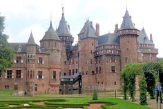 Hij gaf de bekende architect Pierre Cuypers de opdracht het kasteel te restaureren. Cuypers ontwierp een sprookjesachtig kasteel in neo-gotische stijl. Bij de restauratie werd de binnenplaats van het oude kasteel veranderd in een hal met een rijkbewerkt eikenhouten tongewelf. Hij voegde nog meer delen aan het kasteel toe, die er eerder nooit geweest waren. Zo kwam bijvoorbeeld het Chatelet tot stand, dat op een eiland bij het slot ligt. In 1913 was het sprookjeskasteel klaar.