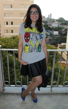 Camiseta de heróis da Marvel, saia preta de couro e sapatilha azul. T-shirt of the Marvel heroes , black fake leather skirt and blue flat. http://www.elropero.com/2014/11/fashion-set-camiseta-marvel-saia-de-couro.html