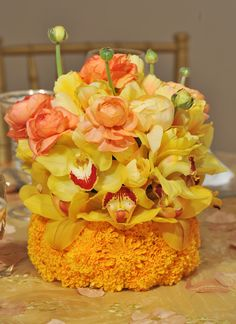Love the color Combination for this Easter Centerpiece. (From Preston Bailey Designs)