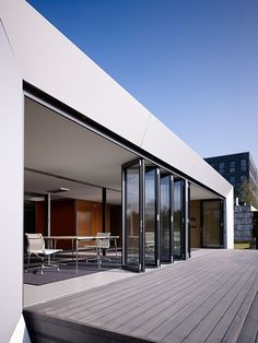 Maximum insights, outlook, and views Architects can achieve flowing transitions between rooms using Solarlux' flexible glass folding walls that can be tucked away like a harmonica. Villa Design, Modern House Design, Door Design, Exterior Design, Skylight Design, Folding Walls, House Extension Design, Balkon Design, Dream House Exterior