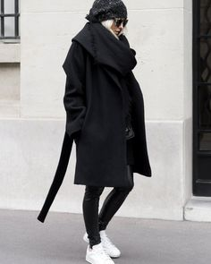 Volumineux manteau noir + slim en cuir carbone + baskets blanches = le bon mix (manteau Aritzia - blog Figtny)