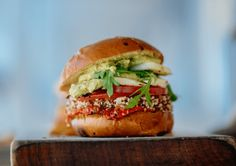 A good veggie burger can be as full-flavored as a beef burger without trying to fool a person. Vegetarian Rice Bowl Recipe, Vegan Dinner Recipes, Vegan Dinners, Resto Vegan, Homemade Vegan Burgers, Hamburger Vegetarien, Vegetarian Types, Vegetarian Diets, Vegetarian Burgers