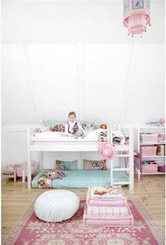 roze en blauwe accenten in witte meisjeskamer