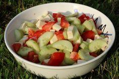 BLW-Rezept Einfacher Sommersalat auf babyspeck.at, Babyrezept vegetarischer Salat aus Tomaten, Gurken und Mozzarella, Beilage zum Grillen Baby led weaning