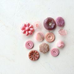 Fleur rose assez vintage boutons des années 1950 s - mix bouton sweet cottage shabby rose pastel. Ces beaux boutons vieux ont quelques
