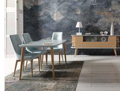 Conjunto en estilo nórdico formado por mesa de comedor 140 x 90 cm. con 2 extensibles 40 cm. sillas 49 cm. con botones tapizada en polipiel y mueble Tv. 140 cm. combinado con laca y acabado en madera.