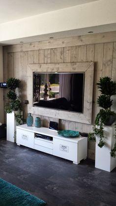 Mooie wand voor je tv van steigerhout. Maar mij meer om de planten en potterie…