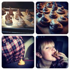 Kinder tractatie: eiwit en suiker kloppen, kleurstof toevoegen, drollen draaien op de bakplaat, 45 minuten bakken in oven op 150 graden