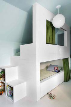 Stanzetta in mansarda condivisa da 2 fratelli - letto a castello realizzato su misura con la scala che ha anche la funzione di libreria contenitore