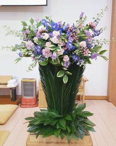 World of Flowers Creative Flower Arrangements, Christmas Flower Arrangements, Floral Arrangements, Cascade Bouquet, Church Flowers, Altar Decorations, Arte Floral, Table Flowers, Ikebana