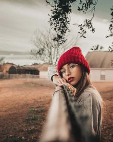 This pin shows emphasis. The bright red hat contrasts with the light, fading bac… – girl photoshoot poses Creative Portrait Photography, Portrait Photography Poses, Photography Poses Women, Autumn Photography, Tumblr Photography, Portrait Poses, Creative Portraits, Photo Poses, Photography Courses