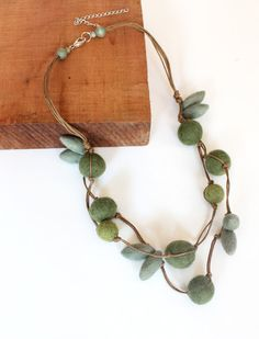 Forrest Green Felt Beaded Necklace por LadyAlamo en Etsy