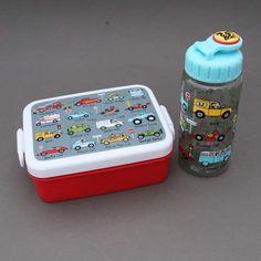 Lot boite à goûter - déjeuner et gourde Voitures sans BPA Tyrrell Katz enfants.  Pour le déjeuner ou le goûter à l'école. - Boite : Dim. : 16 x 12 x 6 cm. Garantie sans BPA. Couvercle hermétique. Compartiment séparé amovible. - Gourde : 17 cm de haut et 6 cm de diamètre, contient 400 ml. Système d'ouverture et fermeture facile à manipuler…