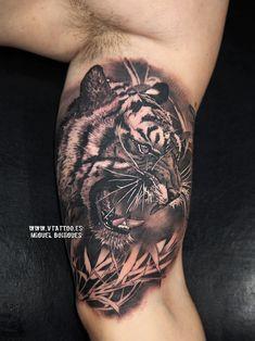 El tatuaje que os mostramos es un tigre de bengala en el interior del brazo de Fede.Hoy os vamos a contar algunas curiosidades del tigre de bengala:Las rayas de un tigre son únicas, al igual que las huellas dactilares de una personaLos tigres son ciegos al nacer y su visión nocturna es seis veces más sensible que la de un hombre.Pueden llegar a dormir 18 horas diarias y alrededor de 27 kg de carne es lo que un tigre puede comer de una sola vez.