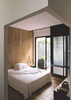 Une chambre moderne habillée de bois dans un loft près de Paris. Plus de photos sur Côté Maison http://petitlien.fr/7skb