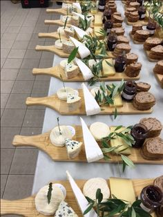 Perfect for a business lunch catering. Present as a plated event. Sandwich, bowl of soup, salad etc. Or nachos, steak and twice baked potatoes. Party Food Platters, Cheese Platters, Serving Platters, Charcuterie And Cheese Board, Cheese Boards, Grazing Tables, Snacks Für Party, Buffets, Food Presentation