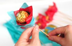 Ferrero chocolate bouquet for Valentine's Day {Tutorial} - Fun & Easy Crafts - Snack Candy Bouquet Diy, Lollipop Bouquet, Flower Bouquet Diy, Bouquet Wrap, Ferrero Chocolate, Chocolate Diy, Chocolate Hampers, Chocolate Roses, Handmade Valentine Gifts