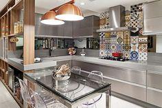 Cozinha colorida com armários em inox e ladrilho hidráulico #kitchen #homedecor #cocina #decoração #apartamentodecorado #cozinhaplanejada #cozinhamoderna #interiordesign #cozinhaintegrada