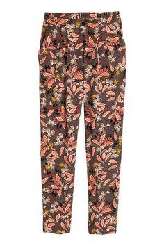 Pantaloni Loose fit: Pantaloni in tessuto di viscosa con pinces in vita. Tasche laterali. Vita normale con elastico dietro. Gamba ampia e più stretta in fondo.