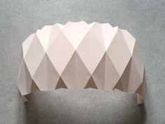 vase origami, DIY vase origami, DIY vase cuivre, DIY cache pot, DIY cache pot origami, TUTO cache pot, tuto vase origami, tuto origami, tuto luminaire origami, DIY luminaire origami, DIY origami, DIY vide poche, DIY vide poche origami, tuto vide poche origami, pliage origami, pliage vase origami, gabarit vase origami, gabarit cache pot origami, tendance cuivre, accessoire déco cuivre, DIY pas cher, vase printemps, tendance vintage, tendance scandinave, déco pastel origami pastel, vase…